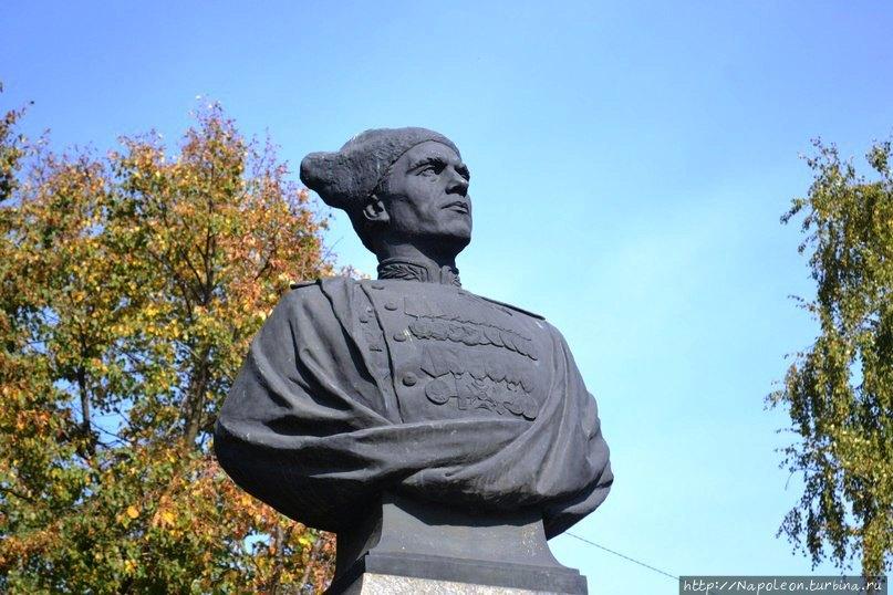 Герой Советского Союза командующий 1-м гвардейским штурмовым авиационным корпусом генерал-лейтенант авиации Василий Георгиевич Рязанов (1901 — 1951)