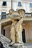 Одна из скульптур, украшающих парадную лестницу