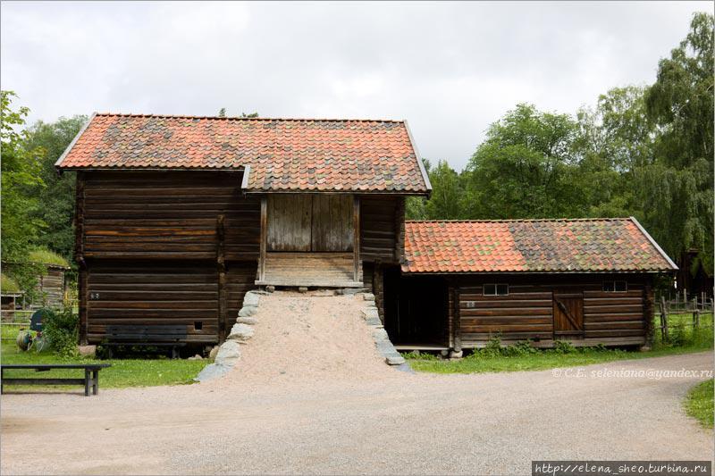 5. Мне показалось, что это амбары, но табличка на правом строении сообщает, что это sheepcote, то есть овчарня (1850 год, № 136). Слева  stable, то есть конюшня или хлев (1800 год, № 135). Мне осталось непонятным, зачем в таком случае тут  сделан въезд-пандус на второй этаж. Вроде бы такими пандусами оборудуют амбары для удобства загрузки. В строительной практике русского народа подобные въезды тоже не  редкость, только они обычно делались из брёвен.
