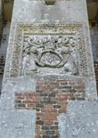 """На гербе Филиппа дю Мулена изображены два льва – символы его храбрости в битве при Форново, которые поддерживают геральдический щит. А девиз семьи звучит так: """"A Deo et victribus armis"""" (Благодаря Богу и победному оружию)."""