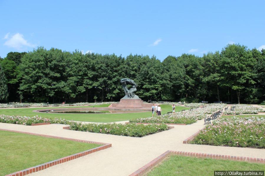 Памятник Фредерику Шопену под мазовецкой ивой- один из самых узнаваемых символов Варшавы. Вокруг аллеи с розами.