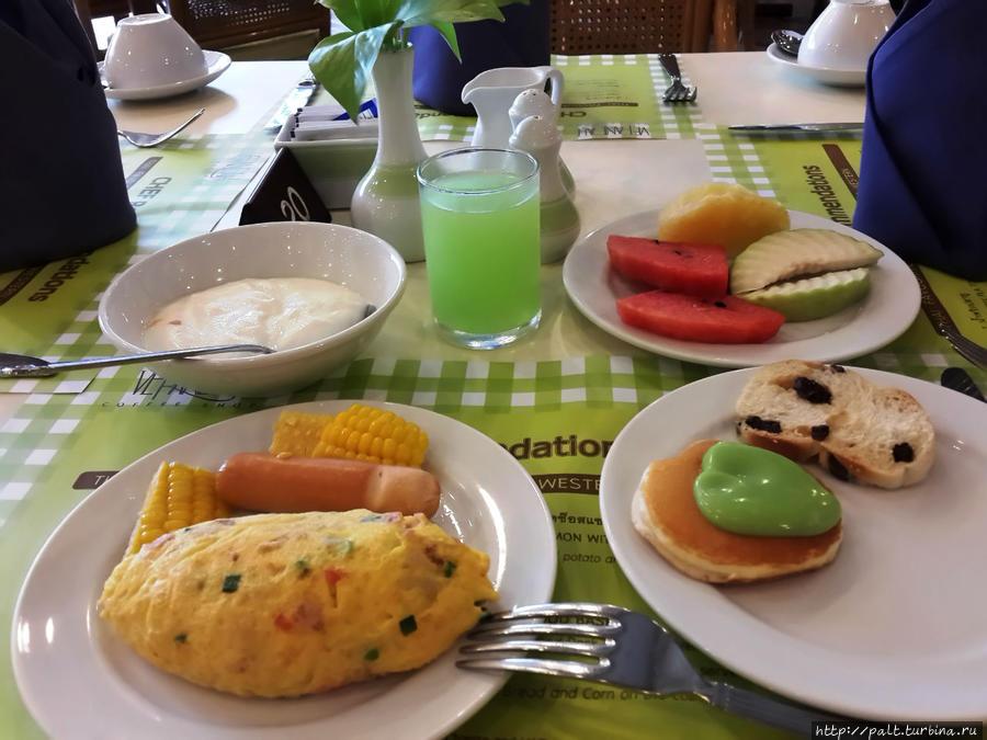 Завтрак туриста. И это еще не все. Процесс затаривания едой еще только начался. Фото сделано ради омлета-пирожка. И вкусный, и оригинальный