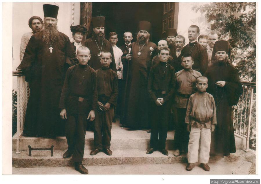 На фотографии открытие храма в 1899 году. Третья слева — основательница Екатерина Плещеева.