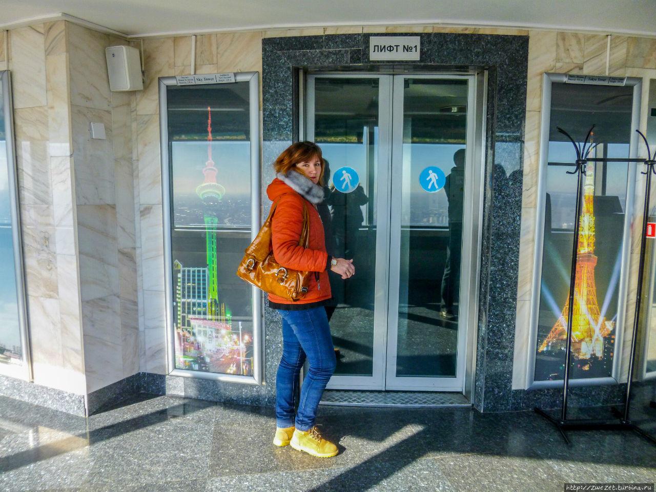 Вход в один из скоростных лифтов телебашни