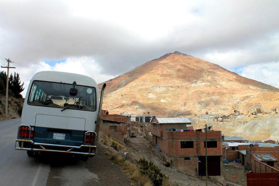 Туристической автобус направляется к шахтам, остановка с видами на гору и на город