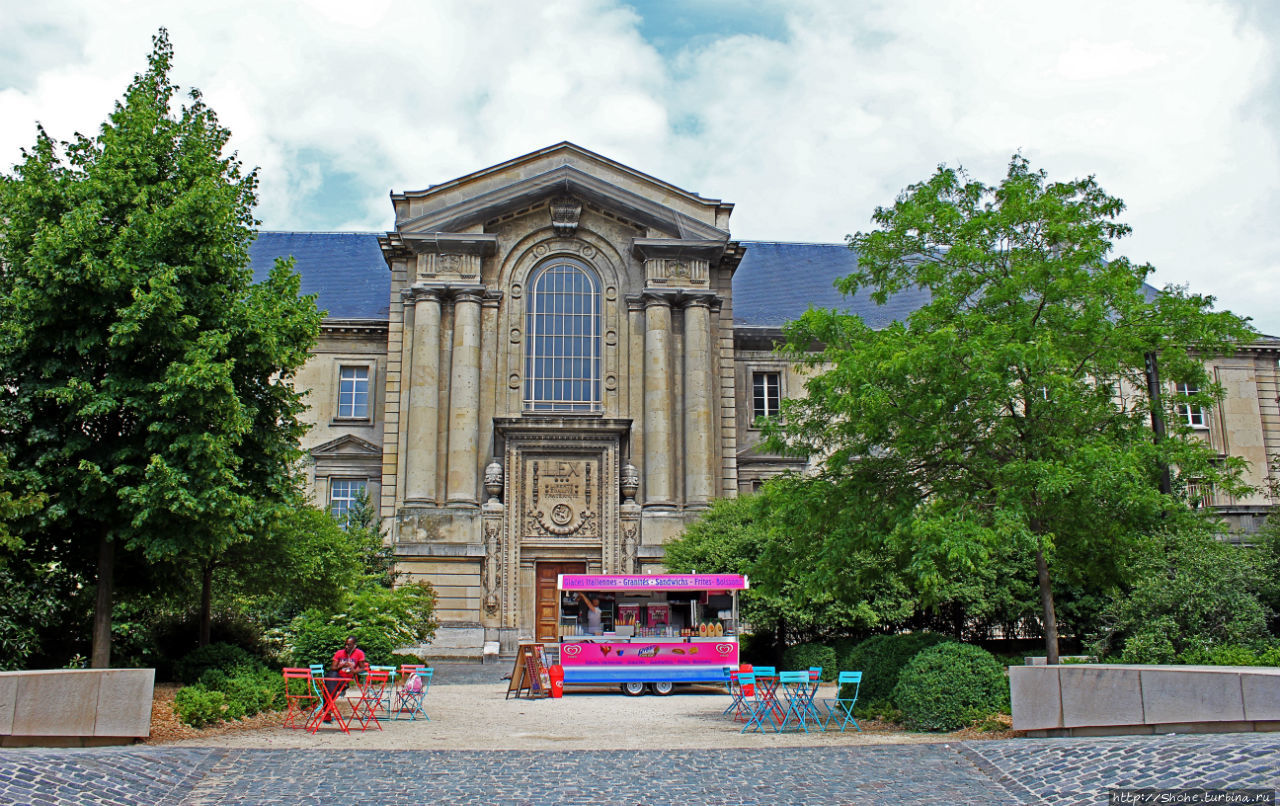 Это Дворец правосудия (Tribunal de Grande Instance de Reims), а не сувенирный магазин))) Но он там рядом, потому его фото уместно в этой части рассказа. Реймс, Франция
