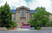 Это Дворец правосудия (Tribunal de Grande Instance de Reims), а не сувенирный магазин))) Но он там рядом, потому его фото уместно в этой части рассказа.