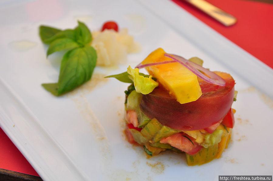 Антре по-французски, закуска по-русски: яркий салат из свежих помидоров разного цвета и ... вкуса.