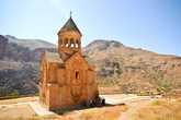 Монастырь Нораванк, построенный в 13 веке, по армянским меркам считается новым, о чем собственно и говорит его название. Как и многие монастыри спрятан в горах, окруженный и защищаемый ими от глаз неприятеля.