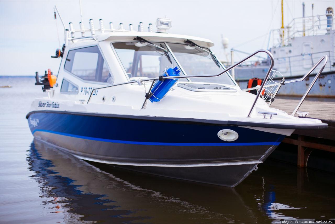 На таких катерах можно отправиться на остров Кижи или на рыбалку на Онежском озере