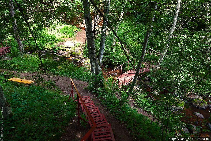 Спуск довольно крутой, но лестница надежная и с перилами