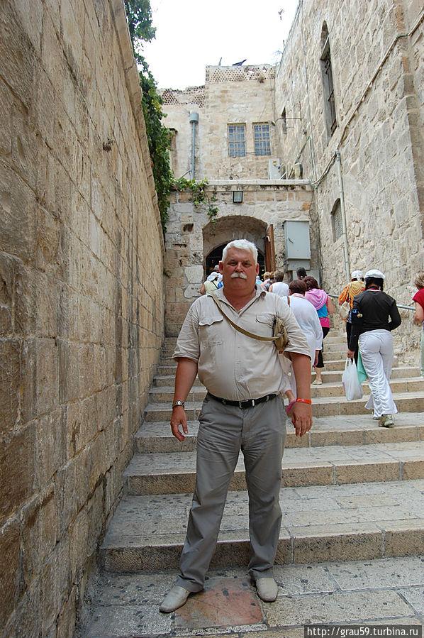 Слева стена Храма святого Иакова