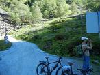 Ура, спустились!!! На заднем плане можно разглядеть тру-норвежца. Знаете как понять, что на Дороге перед вами тру-норвежец? Очень просто — он будет ехать по трассе в противоположном направлении, все 60 км вверх.