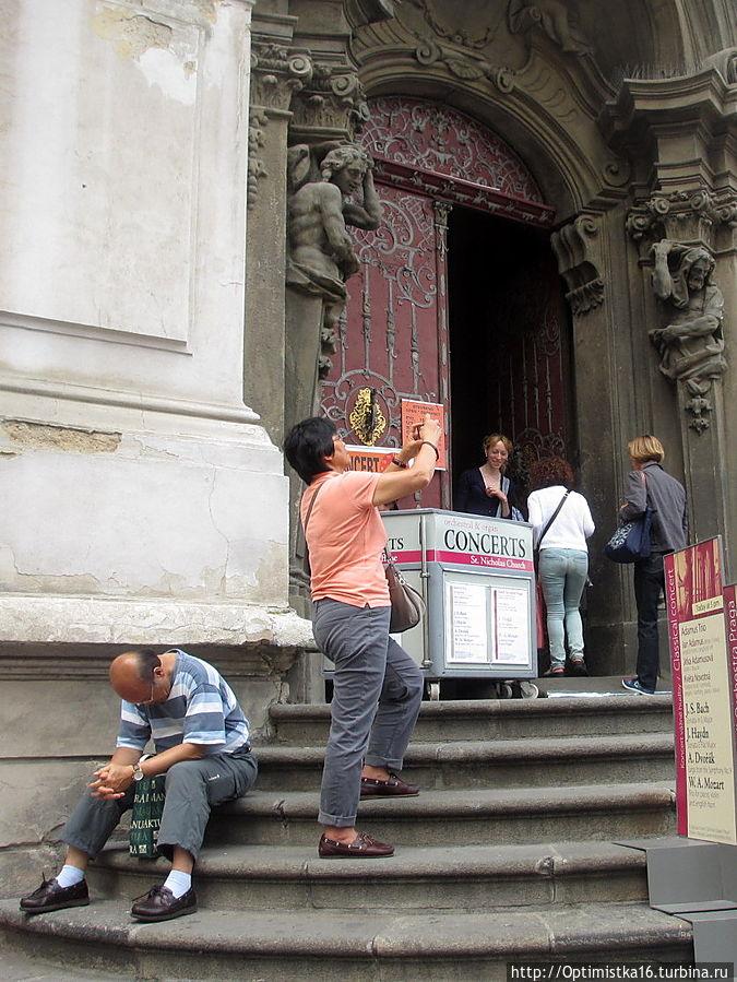 Обычно при входе в костел сидит человек, продающий туристам билеты на концерты классической музыки.