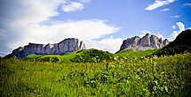 Дальше наш путь лежал в створ ворот, они становились все ближе и все больше.  Гора Чертовы вороты или Ачешбок, в переводе означает «пах тура», если положить тура на спину, то перевал Чертовых ворот будет между его ног. Перевал ворот является своеобразной границей разделяющей Краснодарский край и республику Адыгею. Гора состоит из двух вершин, Восточный Ачешбок, высотой 2442 метра и Западный 2486, высота перевала 2100 метров.  На Восточную часть можно беспрепятственно взойти, проделав путь в 4-5 километров, а вот Западная входит в состав заповедника, и для того чтобы взойти на нее потребуется оформление разрешения.