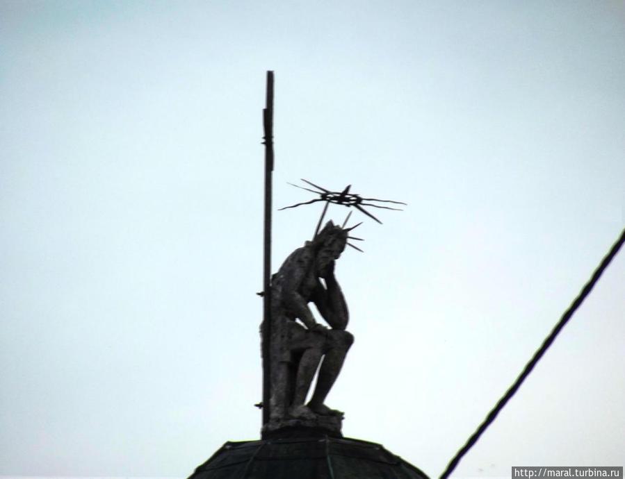 Иисус Христос скорбит на куполе Латинского собора