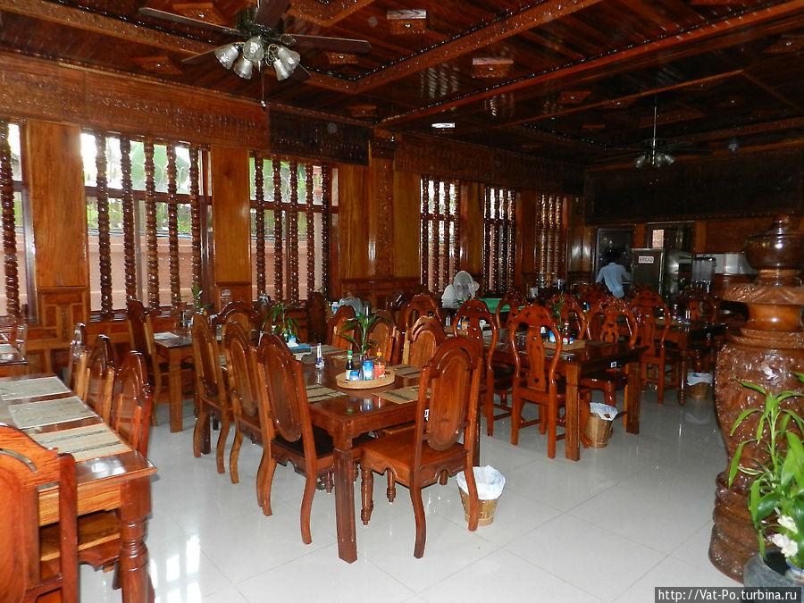 Ресторан (скорее, столовая, но красиво — в красном дереве)