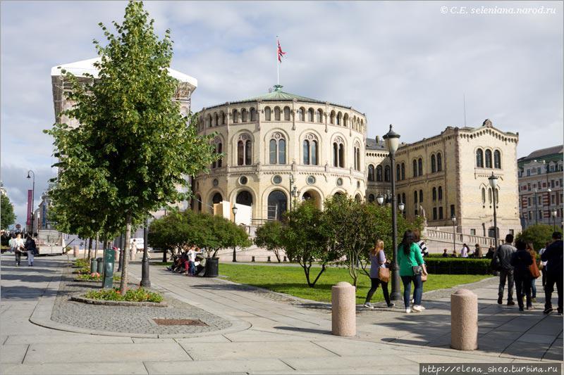 11. Никогда бы не подумала, что в этом красивом старинном здании расположено такое прозаическое заведение, как норвежский парламент. Дерево не зря закрывает левое крыло здания — его тоже ремонтируют или, может быть, реконструируют, а потому закрыли декорацией с картинкой, изображающей это крыло. Зачем нам смотреть на декорацию? Лучше посмотрим на дерево.