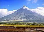 *У подножия вулкана на много километров простираются поля. И хотя это очень опасно, у филиппинцев, проживающих здесь и занимающихся сельским хозяйством, другого выхода нет. Они, наверняка, знают, что здесь творилось в 1993 году