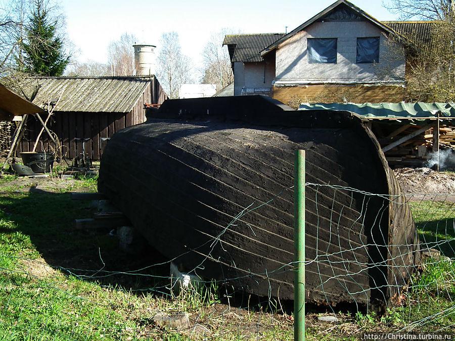 Перевернутая старинная лодка латышского рыбака.