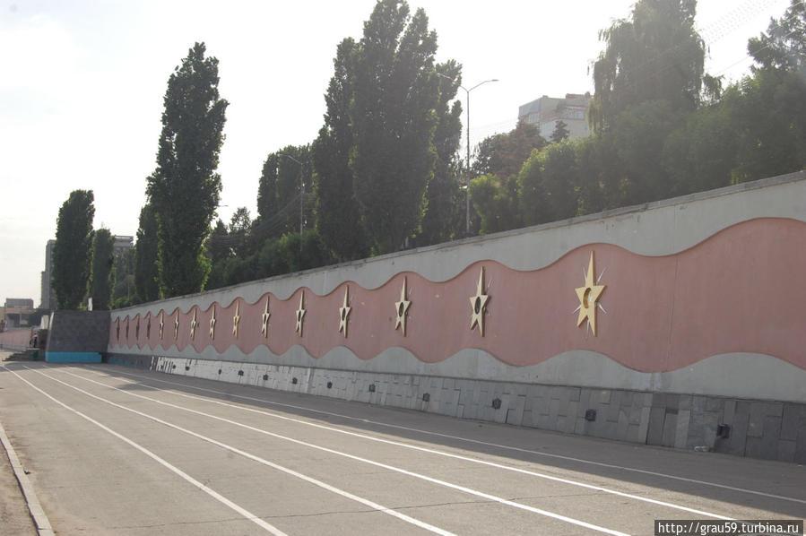 Общий вид одной из стен со звёздами