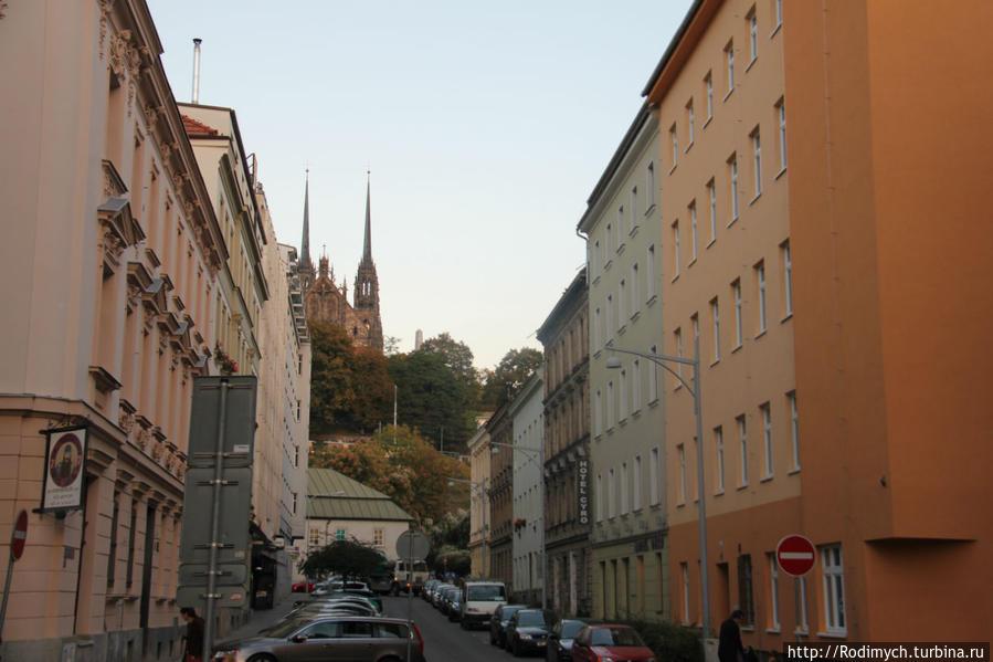 Справа отель, впереди собор св. Павла