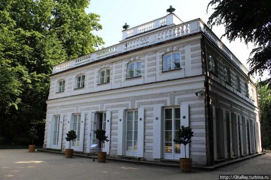 Белый домик. Здесь король Станислав Понятовский принимал своих любовниц.