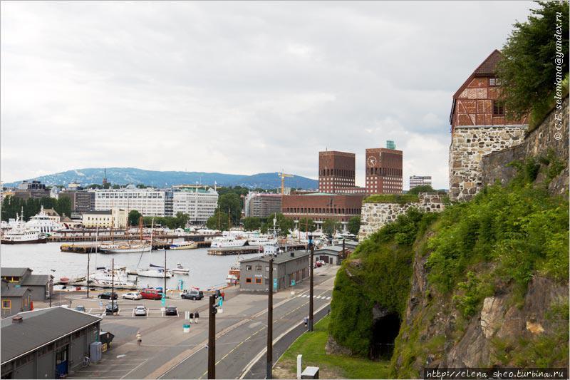 8. Ещё один вид на ратушу или, может быть, на гавань Пипервика с ратушей на берегу — от стен крепости Акерсхус. Крепость частично видна справа.