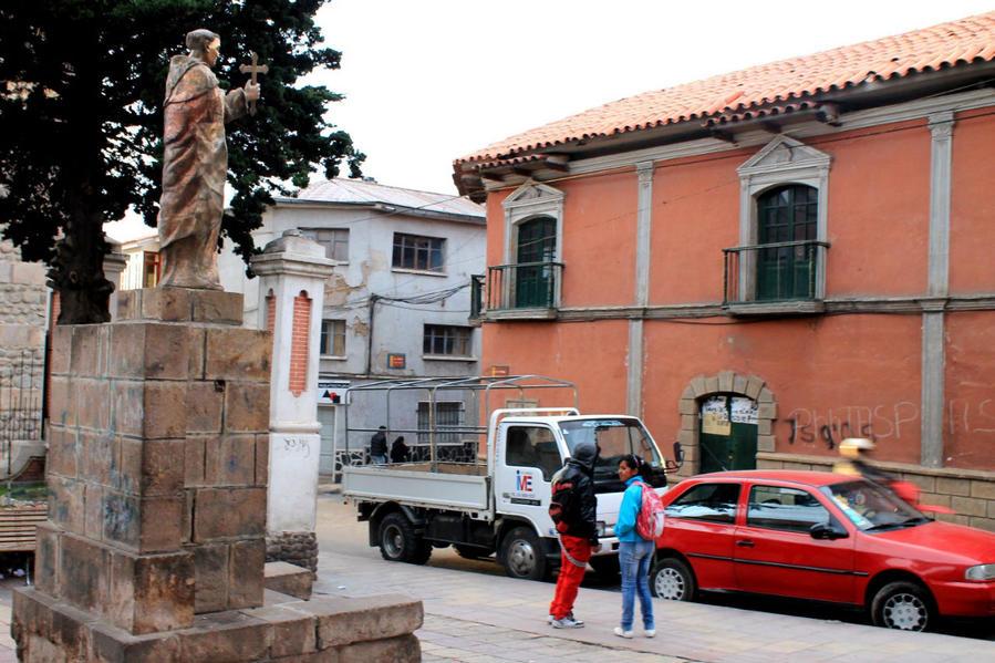 на площади перед храмом