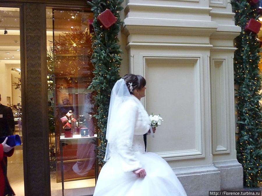 Зимой ГУМ — традиционное место променада и фотосессий  свадеб