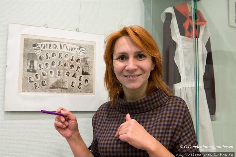 8. Заведует музеем и проводит экскурсии Усенко Наталия Владимировна, преподающая в школе русский язык и литературу. Увлечённого человека видно сразу по блеску в глазах, с которым он рассказывает о предмете своего увлечения – хоть десятку человек за раз, хоть одному-единственному. Она потратила почти два часа на экскурсию с группой в количестве 1 (один!) человек, то есть это была индивидуальная экскурсия для меня одной. Она рассказала много важного и интересного, я ей очень благодарна. Часть полученных сведений я попыталась передать в этой заметке, но это совсем малая толика. Лучше всего прийти в музей и услышать саму Наталию Владимировну.