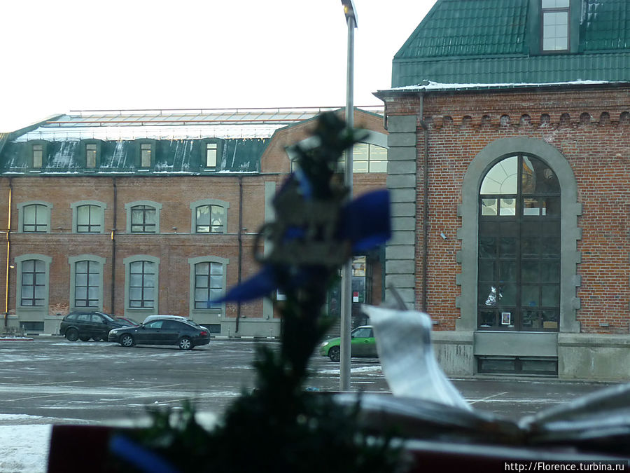 Вид на здание музея из кафе Кофеин