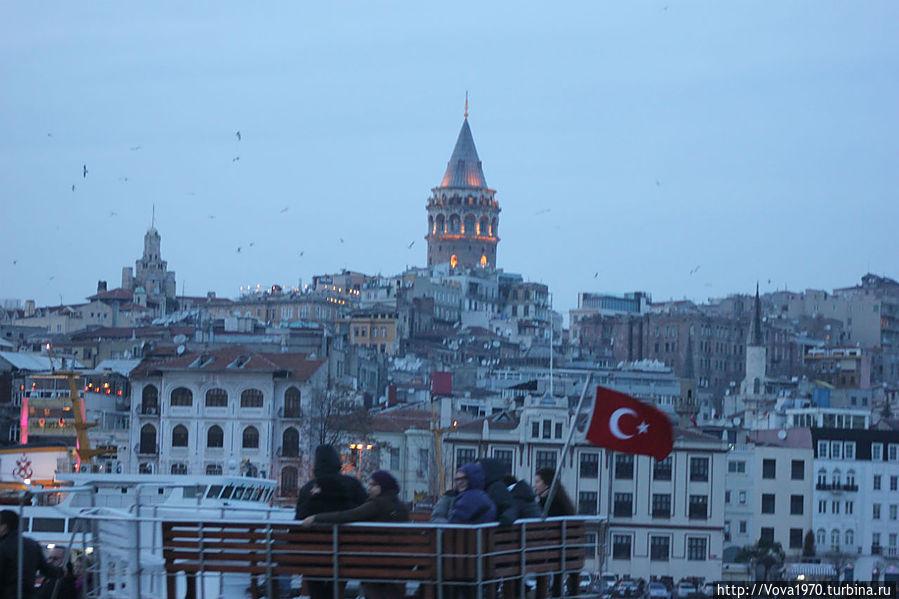 Вид на Галатскую башню с Босфора во время тура на корабле.