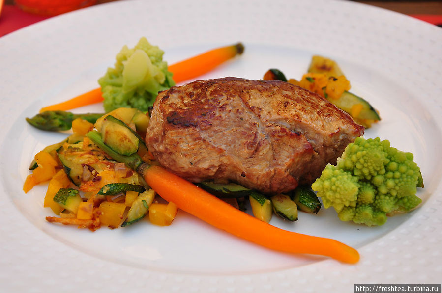 Я, хоть и небольшой любитель мяса, перед такой аппетитной говядиной не устояла, тем более с сочными овощами, что будто только с грядки.