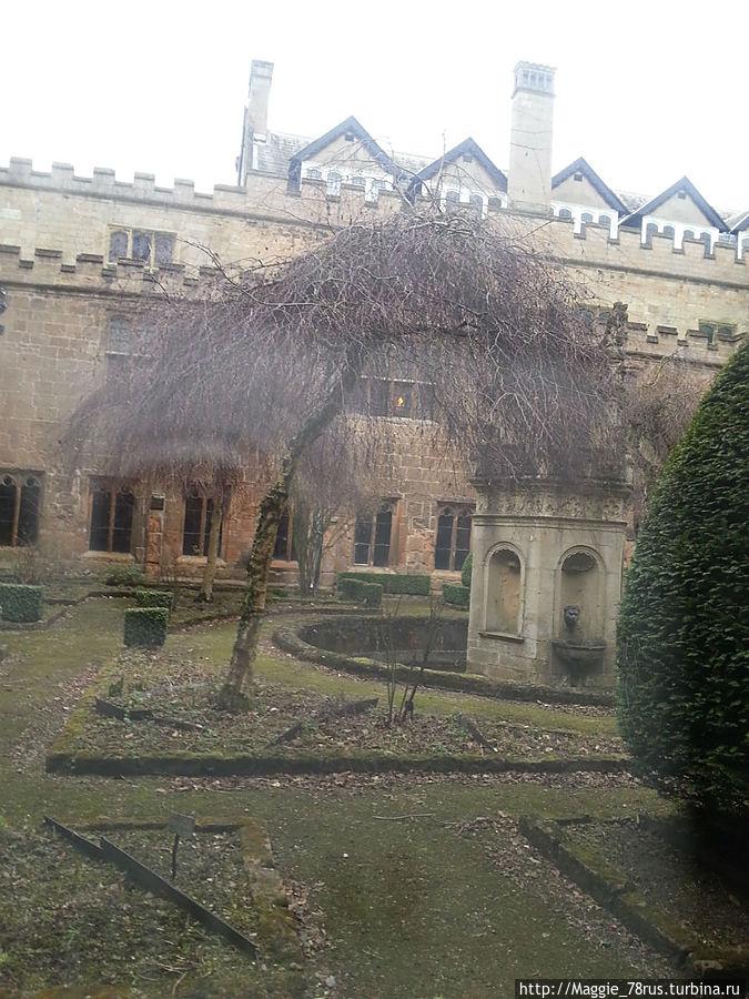 Внутренний дворик аббатства (за стеклом) с могилами монахов