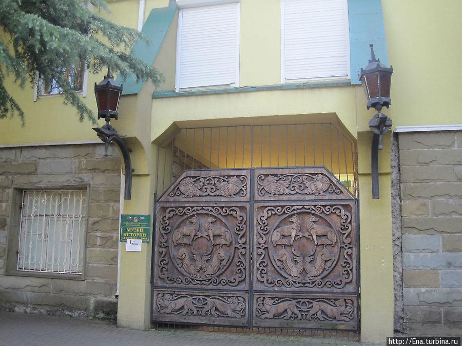 Вот эти шикарные ворота ведут в Адлерский музей