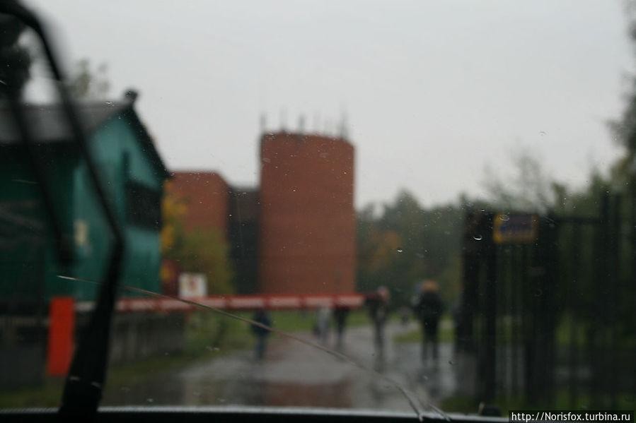 В день нашего посещения лил сильный дождь. Даже не было возможности сделать снимок самого весьма неординарного здания музея. Только вот так, из окна машины, чтобы было понятно, что искать надо здание из красного кирпича:))