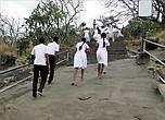 Многие паломники из числа местных туристов проходят этот путь, заранее сняв обувь. Для них даже эти каменные ступени — уже святыни. Но мы не решились, иначе путь бы утроился во времени. Не привыкши мы ходить босыми ногами...