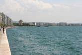 Пустующая в обеденное время набережная Термического залива