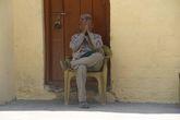 Мужчина так сидел до щелчка.