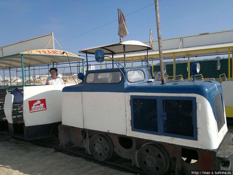 тот самый пляжный трамвайчик Transpraia, который хоть мал да удал и прокатит Вас с ветерком