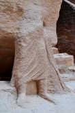 К сожалению, от древней статуи осталась только нижняя часть туловища. Было бы очень интересно посмотреть на то, как выглядели местные жители много веков назад, причем, по ими же высеченной статуе.