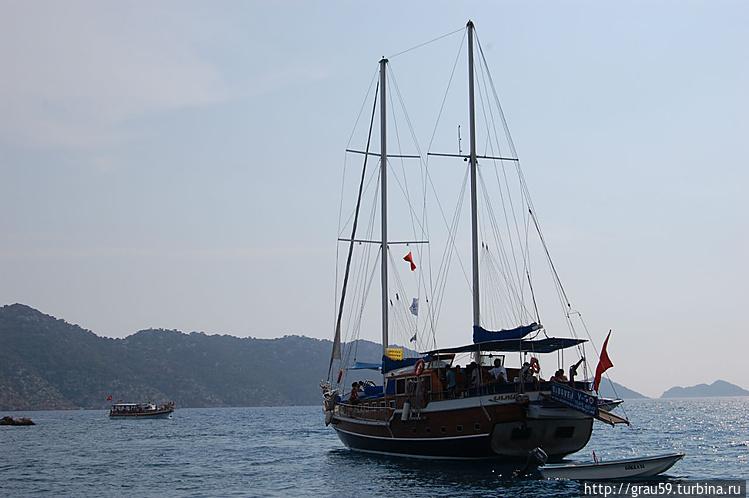Корабль плывёт к острову