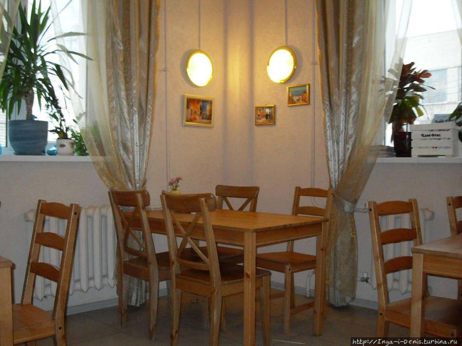 В кафе всего 5 столиков, так что в обеденное время может быть много страждущих вкусной и доступной еды студентов