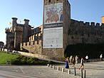 Еще до появления на Пиренейском полуострове римских завоевателей в этом очень удачном стратегически месте (на высоком холме под охраной двух полноводных рек!) находились фортификационные сооружения кельтов. Позже здесь был римский город, который в 456 году н.э. был почти полностью уничтожен армией вестготов по предводительством короля Теодорико. В долинах Эль Бьерсо (El Bierzo) и по сию пору сохранились многочисленные храмы и монастыри вестготов.