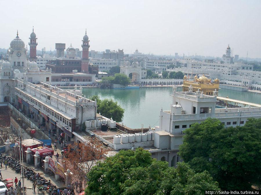 Вид на Золотой Храм с крыши N.R.I. Yatri Niwas