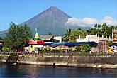*Вулкан Майон можно увидеть из городка Санто-Доминго, который изначально назывался Либог – «медуза», коих очень много водилось в прибрежных водах. В 1816 году городок пережил нападение морских пиратов. После этого жители селения стали строить сторожевые башни  и стены вдоль берега
