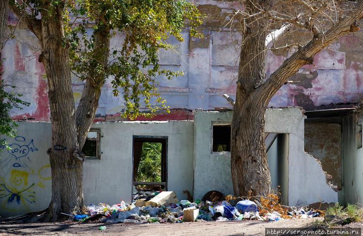 Много заброшенных жилых и