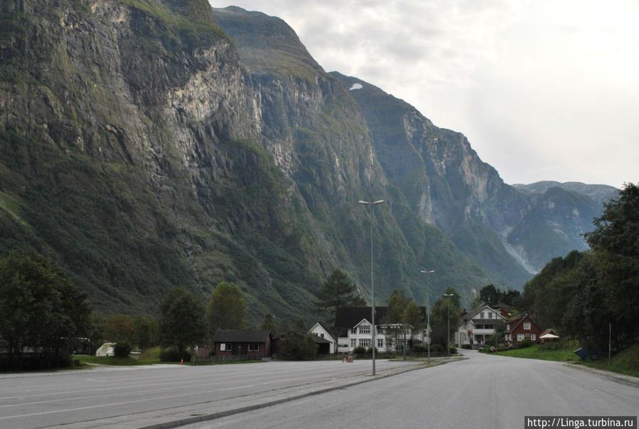 В конце этой улицы дорога на Флом через недра горы