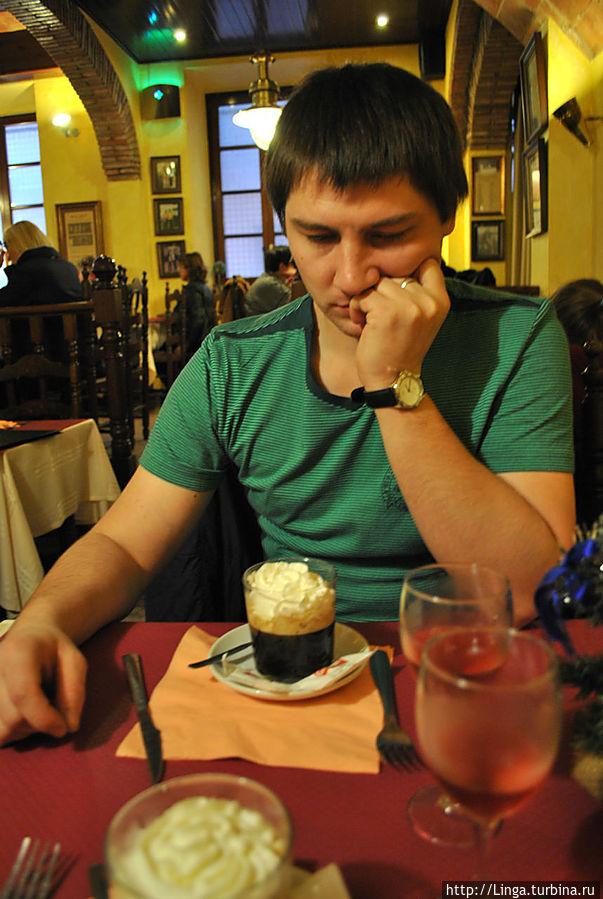 Денис в задумчивости: есть или пить ирландский кофе?